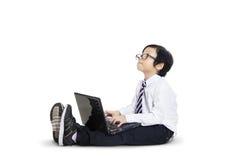 Piccolo imprenditore che lavora al computer portatile - isolato Fotografie Stock