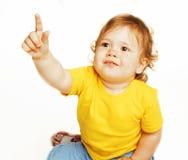 Piccolo indicare sveglio della neonata isolato sulla fine di bianco su Immagine Stock Libera da Diritti