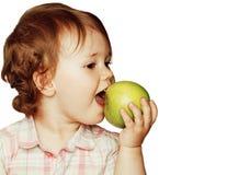 Piccolo indicare sveglio della neonata isolato sulla fine di bianco su con lo stile di vita adorabile sorridente della mela verde Immagine Stock