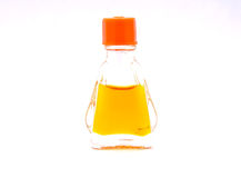Piccolo isolato della bottiglia di vetro del profumo fotografia stock