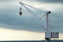 Piccolo krane su un porto Immagini Stock Libere da Diritti