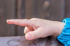 Piccolo la mano del bambino indica la direzione fotografie stock libere da diritti