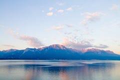Piccolo lago in alpi svizzere Immagine Stock