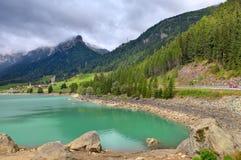 Piccolo lago alpino in Svizzera. Fotografia Stock