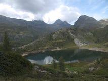 Piccolo lago alpino sulle alpi di Bergamo Fotografia Stock Libera da Diritti
