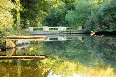 Piccolo lago autumn in campagna Fotografia Stock Libera da Diritti
