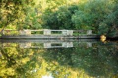 Piccolo lago autumn in campagna Immagine Stock