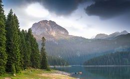 Piccolo lago e montagna fotografie stock