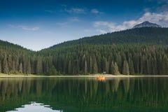 Piccolo lago e montagna fotografia stock