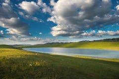 Piccolo lago e montagna immagini stock libere da diritti