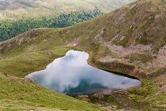 Piccolo lago Gruensee della montagna con acque verdi nelle alpi del Tirolo Fotografia Stock Libera da Diritti