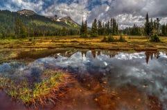 Piccolo lago incolore della montagna dell'acqua di fusione del ghiaccio Fotografie Stock Libere da Diritti