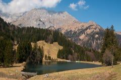Piccolo lago mountain in alpi nel tempo di primavera Fotografia Stock