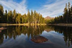 Piccolo lago nella sosta nazionale del Yosemite Fotografia Stock Libera da Diritti