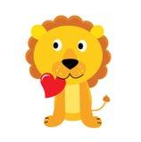 Piccolo leone sveglio con cuore rosso isolato su bianco Immagini Stock