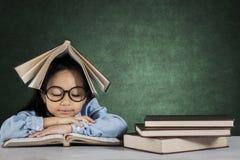 Piccolo libro di lettura dello studente sullo scrittorio Fotografia Stock Libera da Diritti