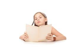 Piccolo libro di studio e di lettura della ragazza dello studente alla scuola Fotografia Stock