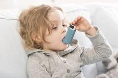 Piccolo ma cosciente come trattare asma Fotografie Stock