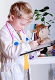 Piccolo medico con la scheda di clip Fotografia Stock