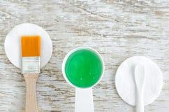 Piccolo mestolo con la maschera verde del gel con gli estratti dell'aloe vera, di spirulina o del mar Morto Stazione termale, cos Fotografia Stock Libera da Diritti