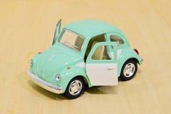 Piccolo mini modello dell'automobile isolato su fondo di legno Fotografia Stock