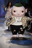 Piccolo mostro sveglio Wuba e passeggiate di Vivienne Tam del progettista la pista Immagini Stock