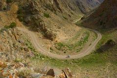 Piccolo motociclista della montagna sulla vecchia strada Fotografia Stock Libera da Diritti