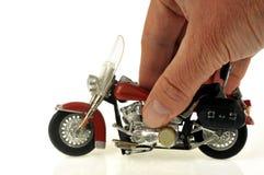 Piccolo motociclo tenuto a disposizione fotografia stock libera da diritti
