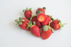 Piccolo mucchio delle fragole organiche fresche Fotografie Stock