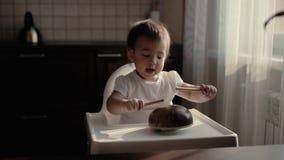 Piccolo neonata batte una matita su uno strumento musicale Kalimba archivi video