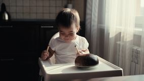 Piccolo neonata sveglia batte una matita su uno strumento musicale indiano Kalimba archivi video