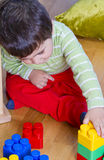 Piccolo neonato (2 anni) che gioca con il giocattolo Fotografia Stock Libera da Diritti
