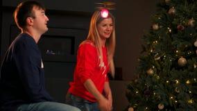 Piccolo neonato adorabile divertendosi su una notte di Natale a casa, sorridendo e andando in giro con un regalo di Natale stock footage
