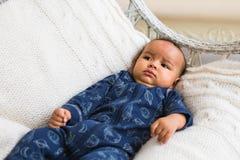 Piccolo neonato afroamericano adorabile che guarda - persone di colore fotografia stock libera da diritti