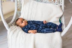 Piccolo neonato afroamericano adorabile che guarda - persone di colore immagini stock libere da diritti
