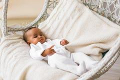 Piccolo neonato afroamericano adorabile che guarda - persone di colore immagine stock libera da diritti