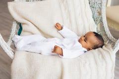Piccolo neonato afroamericano adorabile che sorride - persone di colore immagini stock libere da diritti