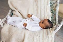 Piccolo neonato afroamericano adorabile che sorride - persone di colore fotografia stock libera da diritti