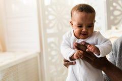 Piccolo neonato afroamericano adorabile - persone di colore fotografie stock libere da diritti