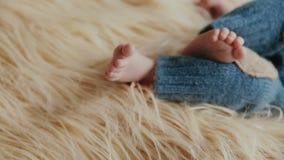Piccolo neonato appena nato video d archivio