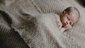 Piccolo neonato appena nato stock footage