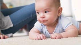 Piccolo neonato asiatico dolce con la madre archivi video
