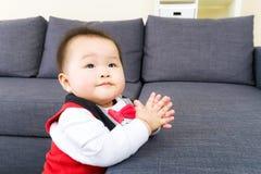 Piccolo neonato che applaude immagini stock