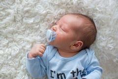 Piccolo neonato che dorme, bambino con l'eruzione di scin Immagini Stock