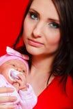 Piccolo neonato che si trova sul petto della madre Fotografia Stock