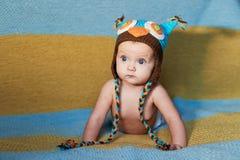 Piccolo neonato con i grandi occhi chetricotta su un fondo normale Fotografia Stock Libera da Diritti