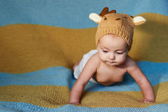 Piccolo neonato con i grandi occhi chetricotta su un fondo normale Fotografie Stock