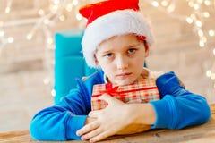 Piccolo neonato con un regalo di Natale Immagini Stock Libere da Diritti