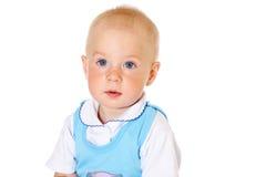 Piccolo neonato divertente che esamina il ritratto del primo piano della macchina fotografica Fotografie Stock