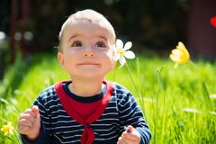 Piccolo neonato sorridente felice adorabile Immagini Stock